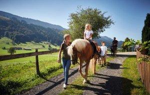 Web_Version-Familie geführter Ausritt Bauernhof Immenstadt Sommer 2016 © Allgäu GmbH, Christoph Gramann