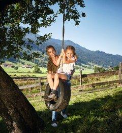 Web_Version-Familie Mama Tochter Reifenschaukel Bauernhof Immenstadt Sommer 2016 © Allgäu GmbH, Christoph Gramann